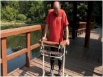 رجل مشلول يمشي بعد أول عملية زرع في العمود الفقري