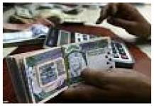 بنوك محلية تخالف القرار وتستقطع أقساطها من راتب الشهرين