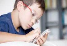 كثرة استخدام الهواتف الذكية تسبب انتشار قصر النظر