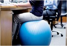 كرة بدل الكرسي.. 5 أسباب لاستخدامها!