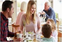 طرق لتجنب الإصابة بالتسمم الغذائي أثناء السفر
