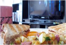لصحتك.. لا تتناول الطعام أثناء مشاهدة التلفزيون
