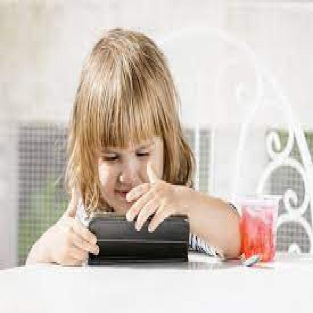 أبعدوا الأطفال عن شاشات الكمبيوتر والهواتف!